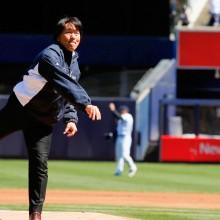 ヤンキース開幕戦で松井秀喜氏が始球式 登板前のマーくんをグータッチ激励