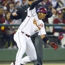 楽天・オコエがプロ初の三塁打!「思いきって行きました」