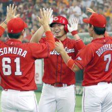 広島、25年ぶり7度目のリーグ制覇 鈴木が2連発、黒田は万感9勝目!