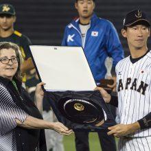 MVPの表彰を受ける真砂勇介(ソフトバンク)
