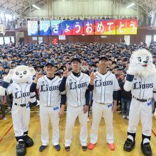 【西武】主力3投手がキャップ贈呈で小学校を訪問!増田「キャップをかぶって球場で応援してもらえれば」