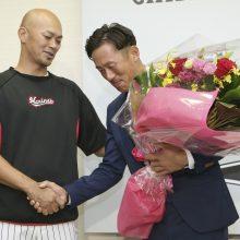 ロッテ・岡田、福浦からの花束に思わず涙…大隣は持ち前の笑顔で引退会見