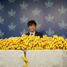 """新人王のDeNA・東、""""バナナまみれ""""の初更改 開幕投手「狙っていきたい」"""