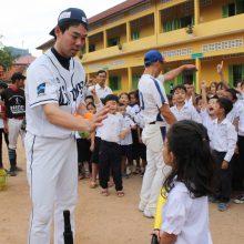 西武・秋山がカンボジアで野球教室「野球に興味を持ってもらう1つのキッカケになれば」