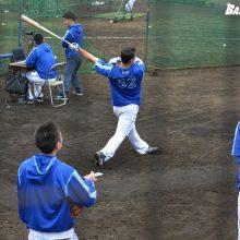 DeNA細川、ロングティーで怪力披露 昨季の本塁打王ソトも釘付け