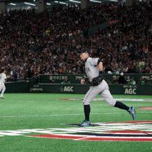 イチローが驚愕のストライク返球!守りで観客を魅了