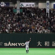 イチロー交代に東京ドーム総立ち 監督や選手らとハグ、菊池雄星は号泣