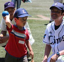 プロアマが一緒に子供たちを指導。「東大球場スポーツデー」開催(前編)