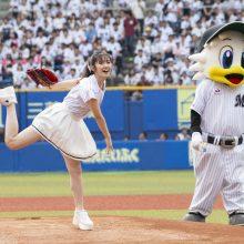 ロッテ-日本ハム戦の始球式に鈴木愛理さんが登場 自己評価は「50点くらい! 」
