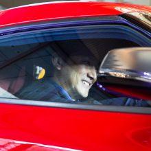 TOYOTA「GR Supra」の窓越しに笑顔を見せる小林