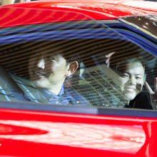 TOYOTA「GR Supra」の運転席に座る小林と助手性で笑顔を見せる那須川天心