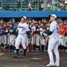 ヤクルトがキャンプ地・浦添で野球教室 ムードメーカー山崎が貫禄の一打!