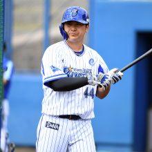 DeNA・佐野が負傷交代 首位打者争いトップ、残り11試合でアクシデント