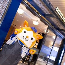 『COFFEE AND BEER &9』の店舗前でアピールするDeNAのマスコット・スターマン [写真=須田康暉]