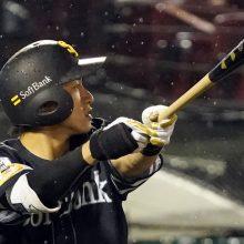 ソフトバンク、雨中のロングゲーム制し3連勝 柳田2発4打点、松本好救援