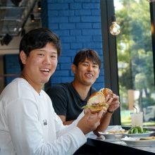 DeNAの井納と上茶谷も太鼓判! 横浜公園にハンバーガーの新グルメスポットが誕生