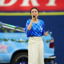 ハマっ娘May J.がセレモニーで熱唱!「歌声で応援を届けられるように」